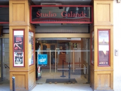 Immeuble - English: Entrance of the movie theather Studio Galande, rue Galande in Paris