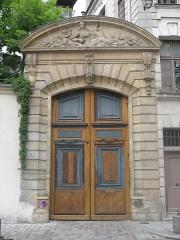 Immeuble - English: Entrance of the hôtel Laffemas: 14 rue Saint-Julien-le-Pauvre, Paris 5th arr.