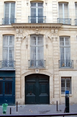 Immeuble - English: Door of a building (1714) in Paris Vth District, France