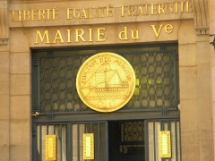 Mairie annexe du cinquième arrondissement - English: Emblem, (ship), and Slogan (FLUCTUAT NEC MERGITUR) of Paris, France