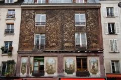 Immeuble -  Une belle façade aperçue en bas de la rue Mouffetard à Paris