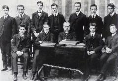 Collège Stanislas -  Photo de classe, année de préparation à St-Cyr, 1908. Charles de Gaulle (Debout, 3ème à gauche). Collège Stanislas, Paris. - ECPA - Photographe non déterminé.