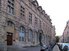 Ancien couvent des Carmes, actuellement Institut catholique de Paris -  Palais abbatial de Saint-Germain des Prés, rue de l'Abbaye.. Depuis 1978, il est partiellement occupé par l'Institut Supérieur de Pédagogie (I.S.P.) de l'Institut Catholique de Paris (siège: rue d'Assas), et par son centre documentaire.