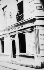 Débit de boisson  dit Au petit Maure - English: Leopold Zborowski at the window in his gallery at Montparnasse in the corner of Rue Visconti  and rue de Seine in Paris, 1918