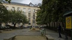 Fontaine du Marché-aux-Carmes -  La fontaine du Marché-aux-Carmes, Saint-Germain-des-Prés, Paris, France