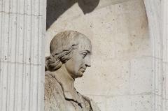 Fontaine du 19e siècle - Statue de Jean-Baptiste Massillon dans la Fontaine Saint-Sulpice à Paris.