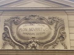 Immeuble -  Fronton au dessus de l'entrée de la librairie Plon dans la cour intérieure du 8 rue Garancière à Paris 6e