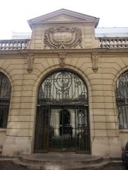 Immeuble -  Entrée de la librairie Plon dans la cour intérieure du 8 rue Garancière à Paris 6e.