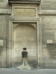 Immeuble -  Fontaine Palatine  Rue Garancière, Paris, VIe arrondissement  Fontaine publique élevée par la princesse Anne de Bavière en 1715. Après la démolition des communs de son hôtel particulier auxquels elle était adossée, un nouvel immeuble fut construit en 1913. La fontaine y fut restituée à son emplacement initial.  Photographe: Clio20 (2005)
