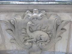Maison - English: Relief of a salamander at the 20 rue de l'Hirondelle, Paris 6th arrond. (France).