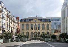 Ancien hôtel de Choiseul-Praslin, devenu immeuble de la Caisse Nationale d'Epargne, puis Musée Postal -  Hôtel de Choiseul-Praslin @ La Banque Postale Siège Social @ Paris