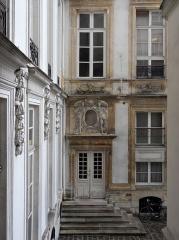 Maison (ancien hôtel d'Aguesseau) - Détail de la façade sur cour de l'Hôtel d'Aguesseau.