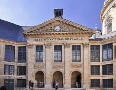Palais de l'Institut (ancien collège des Quatre-Nations) - English: Courtyard of Institut de France located in the 6th arrondissement of Paris in France.