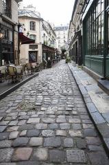 Passage de la Cour du Commerce Saint-André (voir aussi : Enceinte de Philipe-Auguste) - Français:   Vue de la cour relevant le pavé historique