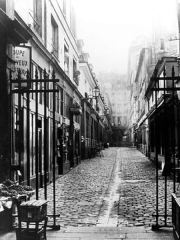 Passage de la Cour du Commerce Saint-André (voir aussi : Enceinte de Philipe-Auguste) - English: Historical photography of the Cour du Commerce-Saint-André in Paris by Charles Marville