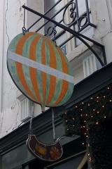 Passage de la Cour du Commerce Saint-André (voir aussi : Enceinte de Philipe-Auguste) -  Enseigne, cour du Commerce-Saint-André, représentant une montgolfière