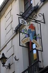 Passage de la Cour du Commerce Saint-André (voir aussi : Enceinte de Philipe-Auguste) -  Enseigne, cour du Commerce-Saint-André, représentant un perroquet