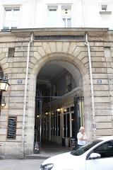 Passage de la Cour du Commerce Saint-André (voir aussi : Enceinte de Philipe-Auguste) - Français:   Entrée nord du cour du Commerce-Saint-André, Paris.