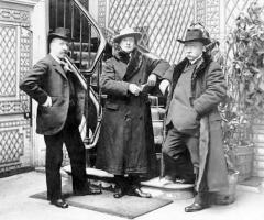 Place de l'Odéon : le sol - English: From left to right: Charles-Marie Widor (1844-1937), Ferruccio Busoni (1866-1924), Isidor Philipp (1863-1958) at the Restaurant Foyot, Place de l'Odéon, Paris, ca. 1910.