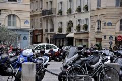 Place de l'Odéon : le sol -  Place de l'Odéon, Paris.