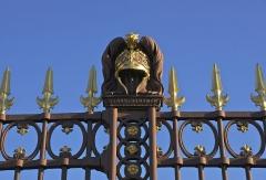 Ecole Militaire - Français:   Un ornement en fonte en forme de casque antique, en amortissement d\'un pilastre d\'une grille de l\'École Militaire à Paris.