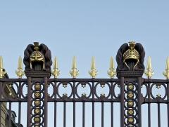 Ecole Militaire - Français:   Deux casques antiques décoratifs sur les grilles de l\'Ecole Militaire à Paris