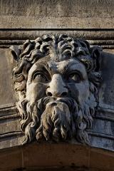 Hôtel des Invalides -  Un mascaron ornant une ouverture sur la façade nord de l'hôtel des Invalides à Paris.
