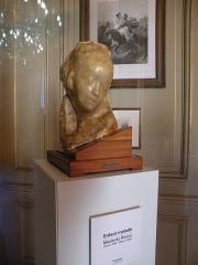 Hôtel de la Rochefoucauld-Doudeauville ou de Boisgelin - Français:   enfant malade de Medardo Rosso Hôtel de la Rochefoucauld-Doudeauville