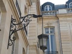 Hôtel de la Rochefoucauld-Doudeauville ou de Boisgelin - Français:   Applique murale d\'extérieur avec lanterne à 6 faces suspendue, cour de l\'Hôtel de la Rochefoucauld-Doudeauville, VIIe arrondissement, Paris, France.