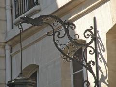 Hôtel de la Rochefoucauld-Doudeauville ou de Boisgelin - Français:   Applique murale d\'extérieur pour lanterne, cour de l\'Hôtel de la Rochefoucauld-Doudeauville, VIIe arrondissement, Paris, France.