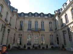 Hôtel de la Rochefoucauld-Doudeauville ou de Boisgelin - Français:   Hôtel de la Rochefoucauld-Doudeauville cour