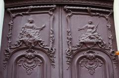 Ancien hôtel de Samuel Bernard - Deutsch: Hôtel de Samuel Bernard 46, rue du Bac in Paris (7. Arrondissement), Relief auf der Tür