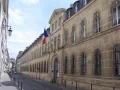 Ancien hôtel, actuellement ministère des DOM-TOM - English: Entrance of the Ministère de l'Outre-mer (Overseas) at rue Oudinot in Paris