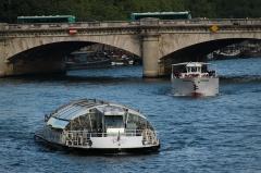 Pont de la Concorde -  Batobus and Vedettes de Paris.