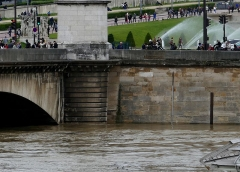 Pont d'Iéna -  Niveau de la crue de la Seine le 3 juin 2016. Pont d'Iena rive droite: échelle de mesure avec repère de la crue de 1910. Niveau atteint à la prise de vue, vers 6 mètres.