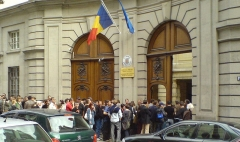 Ancien hôtel de Béarn, actuellement ambassade de Roumanie -  Devant l'ambassade roumaine à Paris le jour du référendum de 2007, peu de temps avant la fermeture des bureaux de vote. Fin de la queue.