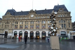 Gare Saint-Lazare -  Paris Saint-Lazare is one of the six large terminus railway stations of Paris. It is the second busiest station in Paris, after the Gare du Nord. It handles 275,000 passengers each day. The station was designed by architect Juste Lisch, and the maître de l'oeuvre (general contractor) was Eugene Flachat [Wikipedia.org]