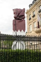 Hôtel Landolfo-Carcano, actuellement ambassade du Qatar - Français:   Laurence Jenkell (Française, née en 1965): Bonbon Drapeau Quatar, polyester, hauteur 5 m sur socle aluminium 2 m, érigé en 2010 dans le jardin de l\'Ambassade du Quatar à l\'angle de l\'Avenue des Champs-Elysées et de la Place Charles-de-Gaulle, VIIIe arrondissement, Paris, France.