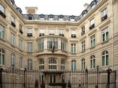Hôtel Landolfo-Carcano, actuellement ambassade du Qatar - Français:   L\'hôtel Landolfo-Carcano à Paris, vue depuis la rue de Tilsitt