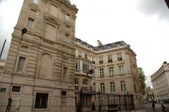 Hôtel Landolfo-Carcano, actuellement ambassade du Qatar - Français:   L\'hôtel Landolfo-Carcano à Paris, vue depuis la rue de Tilsitt au coin avec l\'avenue des Champs-Élysées