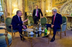 Ancien hôtel Potocki, actuellement Chambre de Commerce et d'Industrie de Paris -  U.S. Secretary of State John Kerry, flanked by State Department Deputy Spokesperson Mark Toner, listens to New York Times columnist Thomas Friedman before their joint appearance on December 9, 2015, at the Hotel Potocki in Paris, France, on the sidelines of the COP21 climate change conference. [State Department photo/ Public Domain]