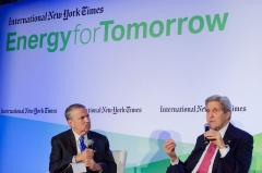 Ancien hôtel Potocki, actuellement Chambre de Commerce et d'Industrie de Paris -  U.S. Secretary of State John Kerry chats with New York Times columnist Thomas Friedman during a joint appearance on December 9, 2015, at the Hotel Potocki in Paris, France, on the sidelines of the COP21 climate change conference. [State Department photo/ Public Domain]