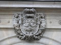 Ancien hôtel de Pourtalès - English: Relief of coat of arms above the entrance of the 7 rue Tronchet, Paris 8th arr.