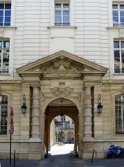 Immeuble, actuellement Cercle Interallié - English: Faubourg-Saint-Honoré street (n°33) - Paris