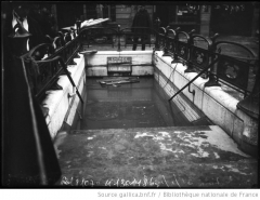 Métropolitain, station Saint-Lazare - English: Entrance of the metro station in the rue de Rome (Paris 8th arr.) filled by the great flood in january 1910.