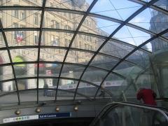 Métropolitain, station Saint-Lazare -  La ligne 14, ligne de métro automatique, a été récemment prolongée dans les deux sens et conduit maintenant de la gare St Lazare jusqu'au coeur du 13ème arrondissement, station Olympiades (en face de la faculté de Tolbiac).L'architecture des stations est très futuriste. L'entrée du métro pour les différentes lignes passant à St-Lazare.