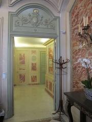Hôtel du Ministère de l'Intérieur - Français:   Porte dans le hall, sous l\'escalier d\'honneur de l\'hôtel de Beauvau (ministère français de l\'Intérieur). Photo prise à l\'occasion des journées européennes du patrimoine 2012.