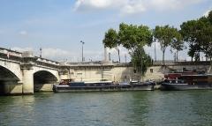 Obélisque de Louqsor - L'obélisque de Louxor vu du Pont des Invalides dans le 8e arrondissement de Paris en France.