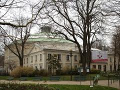 Théâtre Renaud-Barrault - Français:   Le théatre du rond-point à Paris, vu depuis le rond-point des Champs-Élysées
