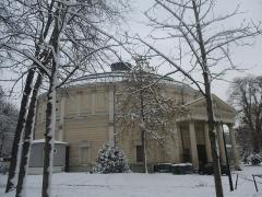 Théâtre Renaud-Barrault - Français:   Portico du théâtre du Rond-Point par temps de neige, pris de l\'Avenue du Général-Eisenhower, VIIIe arrondissement, Paris, France..